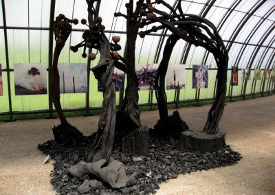 Le cri, statues de bois brûlé Espace Krajcberg du Jardin Botanique 3 x 6 m